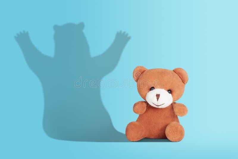 Giocattolo dell'orsacchiotto con ombra fotografie stock