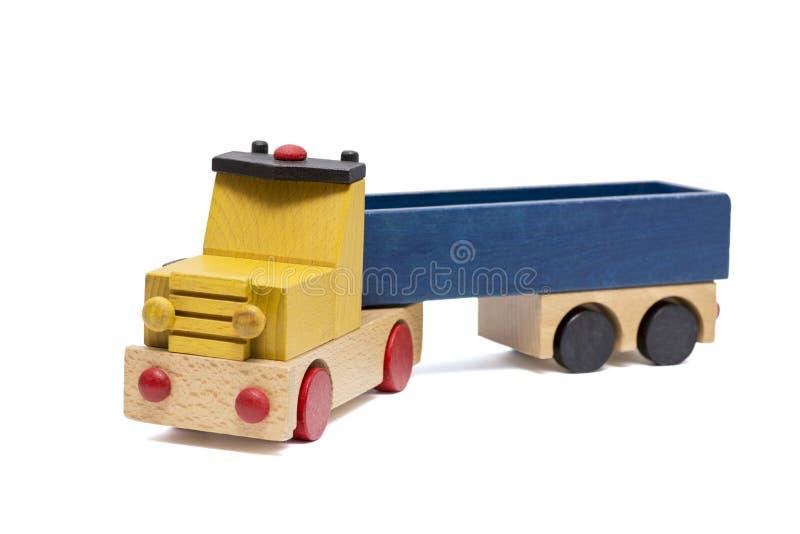 Giocattolo di legno del camion su fondo bianco Automobile o camion del giocattolo su fondo bianco immagine stock libera da diritti