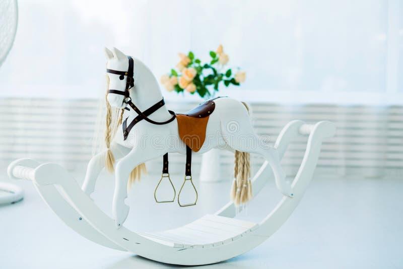 giocattolo di legno del cavallo a dondolo nella stanza immagine stock libera da diritti