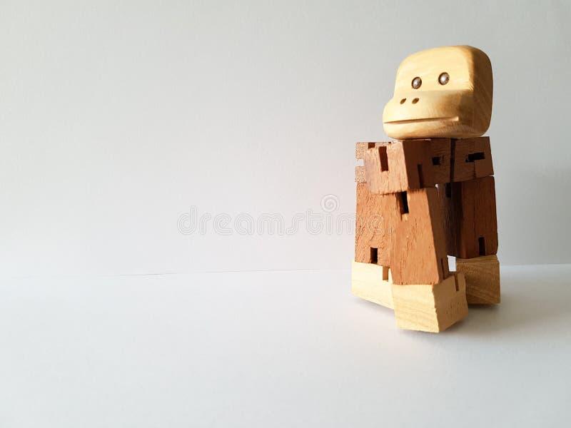 Giocattolo di legno Giocattolo della scimmia su fondo bianco fotografie stock libere da diritti