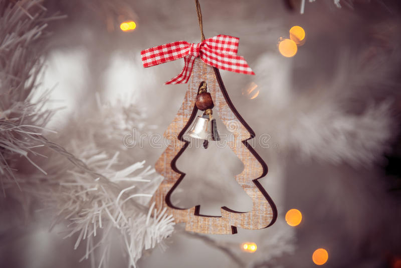 Giocattolo di legno di natale sull'albero bianco Foto del primo piano immagini stock