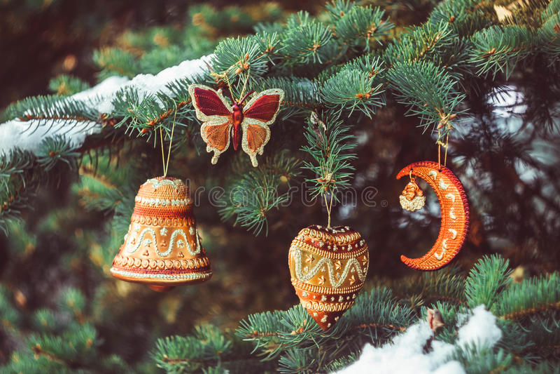 Giocattolo di Natale che appende su un ramo immagini stock libere da diritti