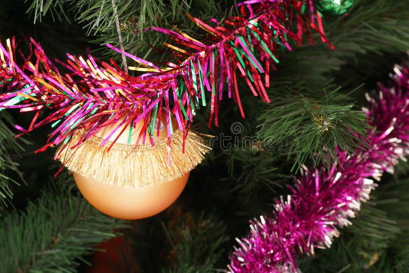 giocattolo e lamé dell'Pelliccia-albero sull'albero di Natale fotografie stock libere da diritti