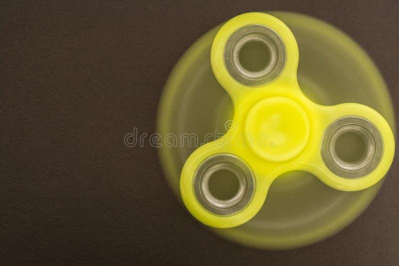 Giocattolo giallo di alleviamento di sforzo del filatore del dito di irrequietezza fotografia stock libera da diritti
