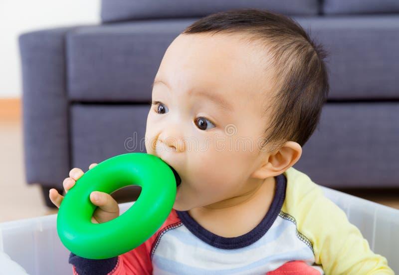 Giocattolo mordace del neonato asiatico fotografia stock libera da diritti