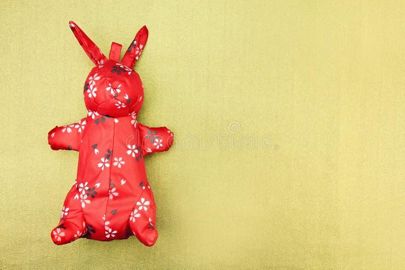 Giocattolo rosso del panno del coniglio con il modello orientale, cinese tradizionale fotografie stock