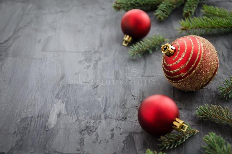 Giocattolo rosso dell'albero di Natale tre su fondo scuro immagini stock libere da diritti