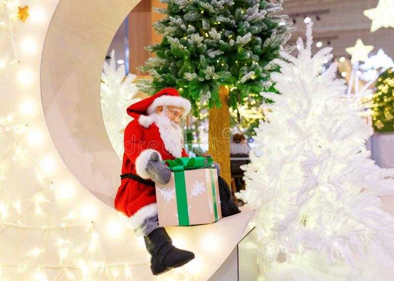 Giocattolo sveglio Santa Claus che dà un regalo di Natale fotografia stock