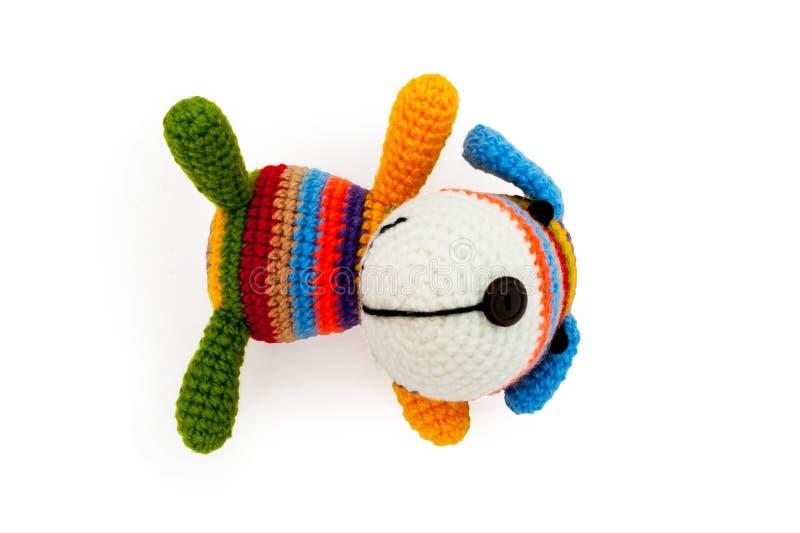 Giocattolo tricottato - cane di menzogne a strisce immagini stock libere da diritti