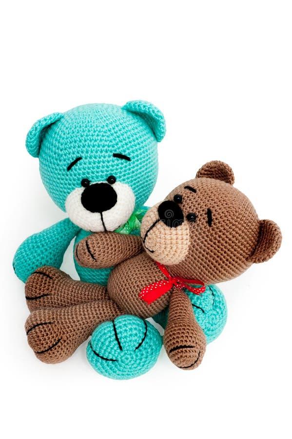 Giocattolo tricottato - due orsi barrati di seduta immagini stock