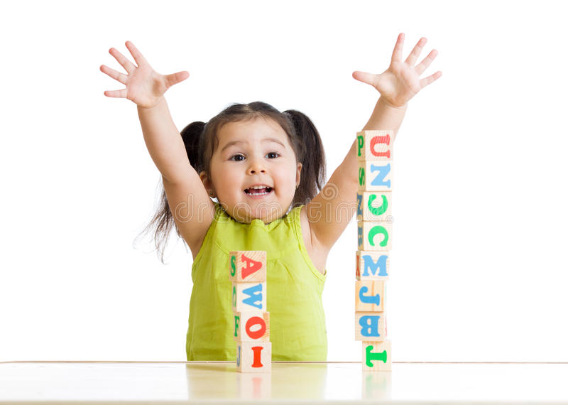 Giochi allegri della ragazza del bambino con i cubi immagine stock
