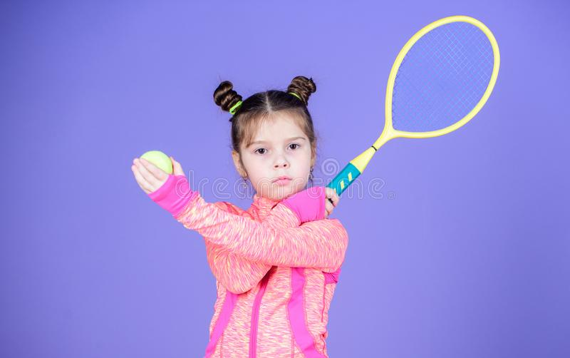 Giochi attivi Educazione di sport Il piccolo cutie gradisce il tennis Deposito dell'attrezzatura di sport Giochi a tennis per div fotografia stock libera da diritti