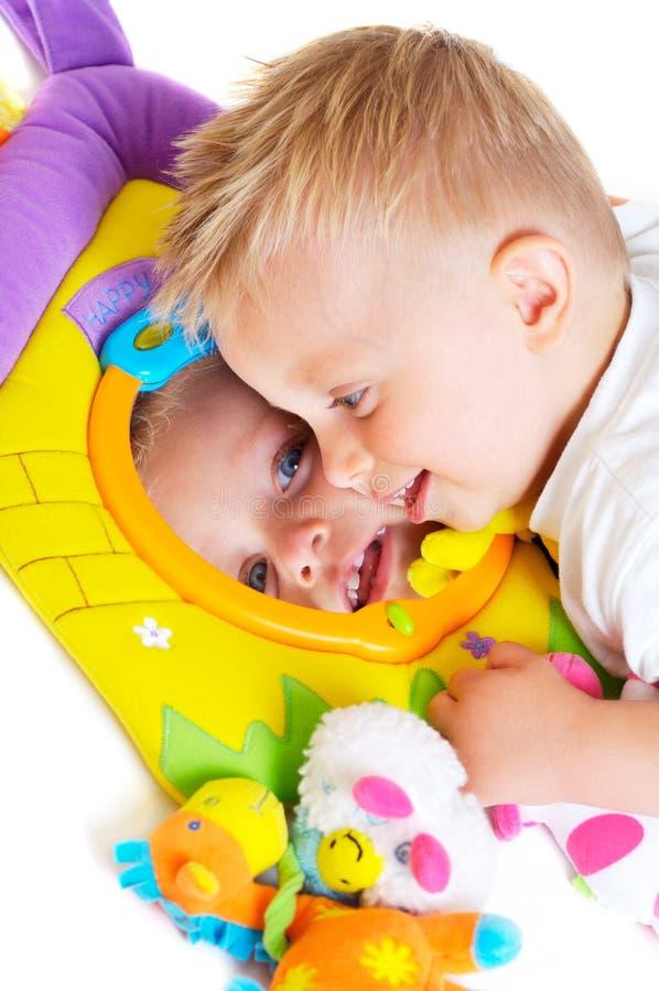 Giochi del bambino con i giocattoli fotografia stock