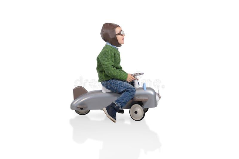 Giochi del bambino con un piccolo arplane Isolato su priorità bassa bianca immagini stock libere da diritti