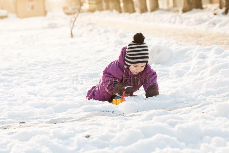 Giochi del bambino sulla neve fotografie stock