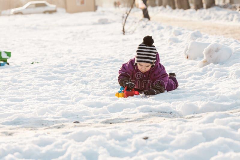 Giochi del bambino sulla neve fotografia stock libera da diritti
