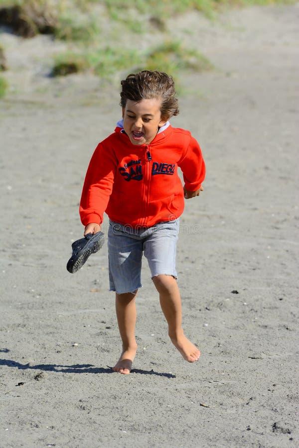 Download Giochi Del Ragazzo Alla Spiaggia Immagine Stock - Immagine di divertimento, vacanza: 56890523