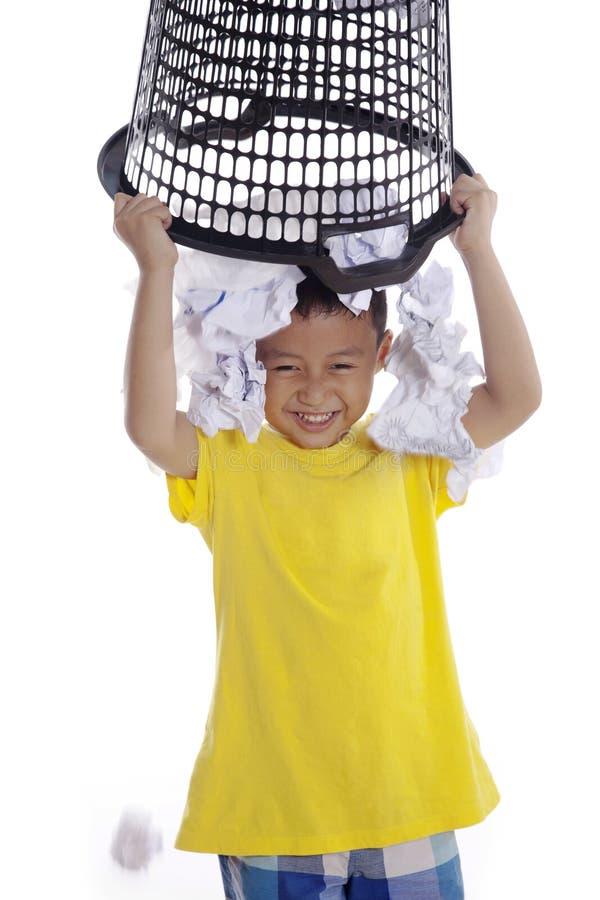 Giochi del ragazzo con lo scomparto dei rifiuti fotografie stock