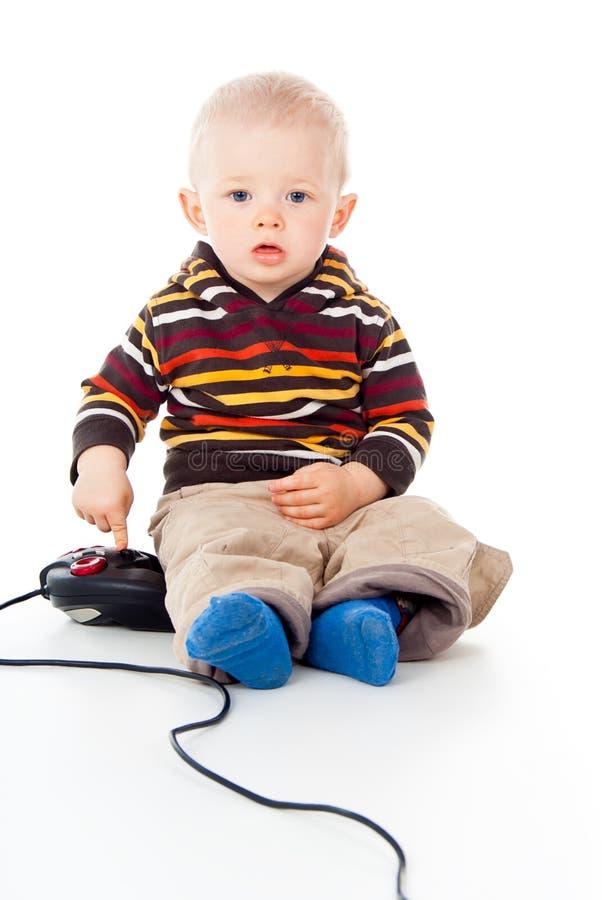 Giochi del ragazzo del piccolo bambino con una barra di comando immagine stock libera da diritti