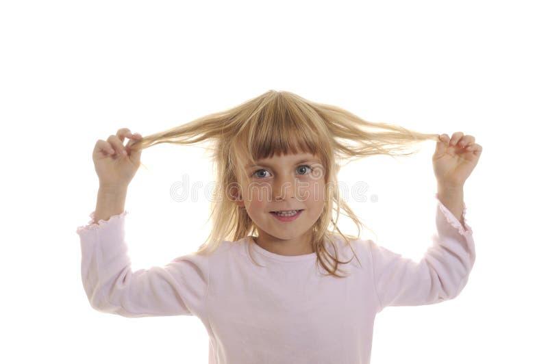 Giochi della bambina con i suoi capelli fotografia stock