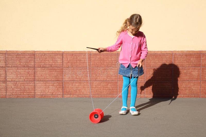 Giochi Della Bambina Con Il Yo-yo Fotografia Stock