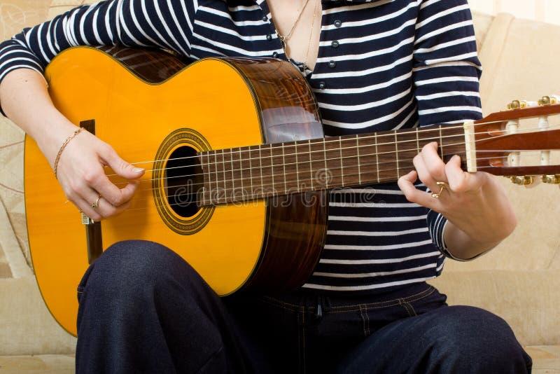 Giochi della chitarra fotografie stock libere da diritti