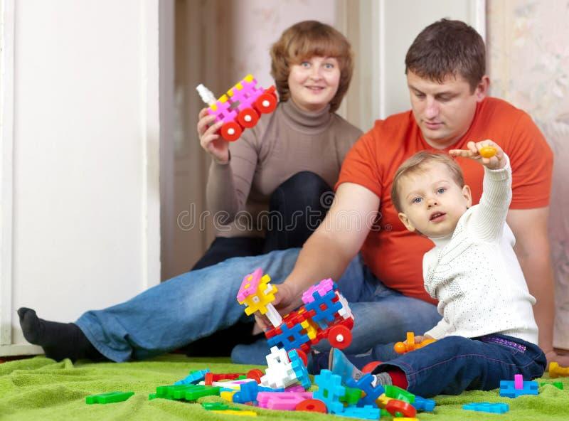 Giochi della famiglia nella casa immagini stock libere da diritti
