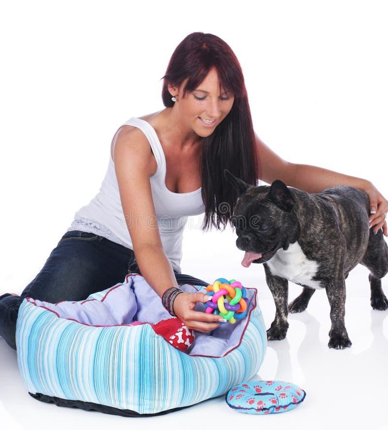 Giochi della giovane donna con il bulldog francese fotografia stock