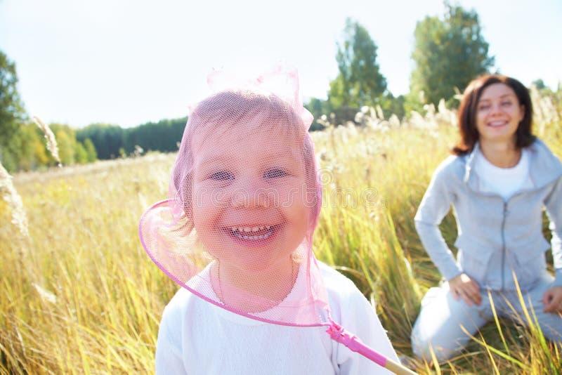Giochi della mamma con la sua figlia fotografia stock libera da diritti