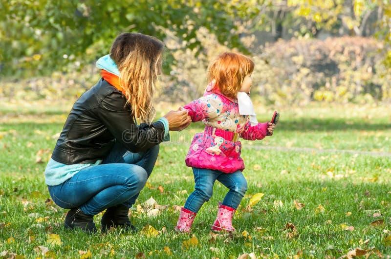 Giochi della mamma con la sua figlia immagini stock libere da diritti