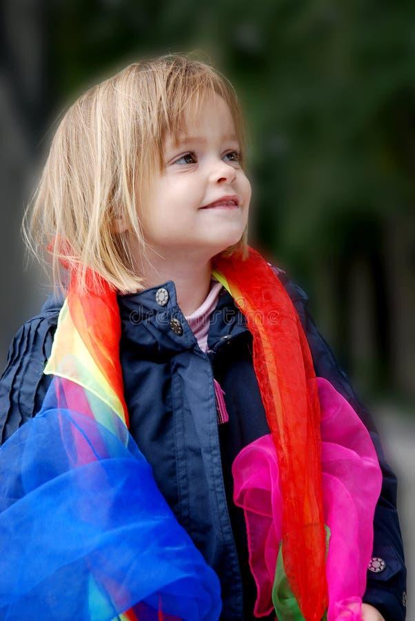 Giochi della ragazza del bambino con le sciarpe di seta immagine stock libera da diritti