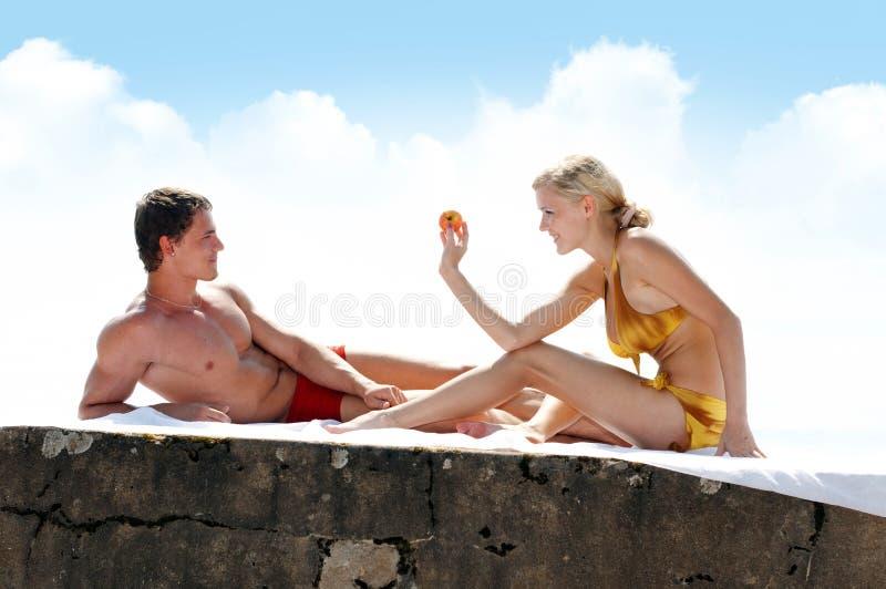 Giochi di amore sulla spiaggia immagine stock