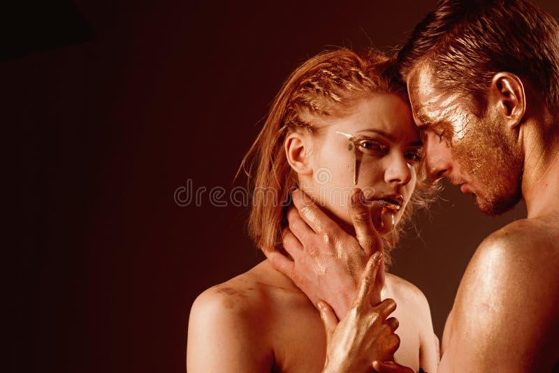 Giochi erotici delle coppie nell'amore Coppie sexy con trucco dorato di body art, spazio della copia Trattamento della stazione t fotografia stock libera da diritti