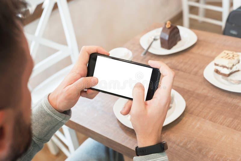 Giochi il gioco sul telefono cellulare con lo schermo isolato per la presentazione di app di progettazione immagine stock libera da diritti