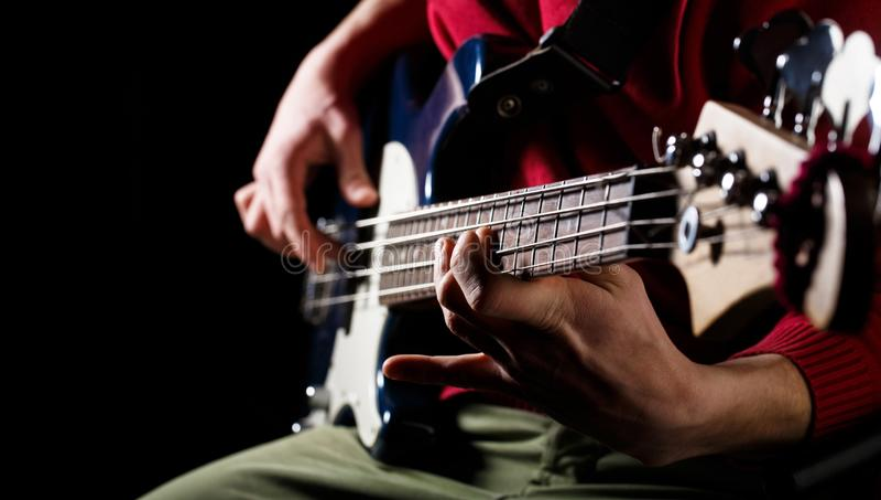 Giochi la chitarra Priorità bassa di musica in diretta Festival di musica Strumento in scena e banda Concetto di musica Chitarra  immagine stock