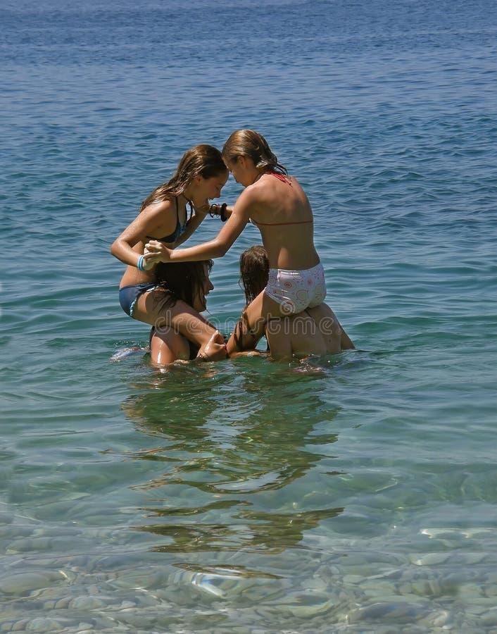 Giochi in mare 1 immagine stock