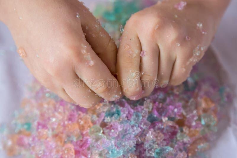 Giochi sensoriali con le perle rotte dell'acqua dell'idrogel fotografia stock