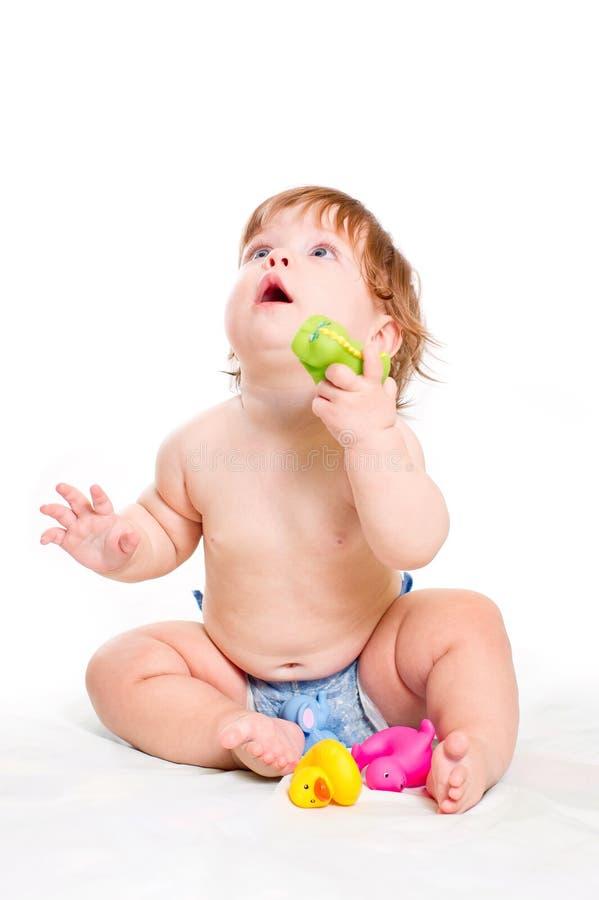 Giochi svegli della neonata con i giocattoli di gomma fotografia stock libera da diritti
