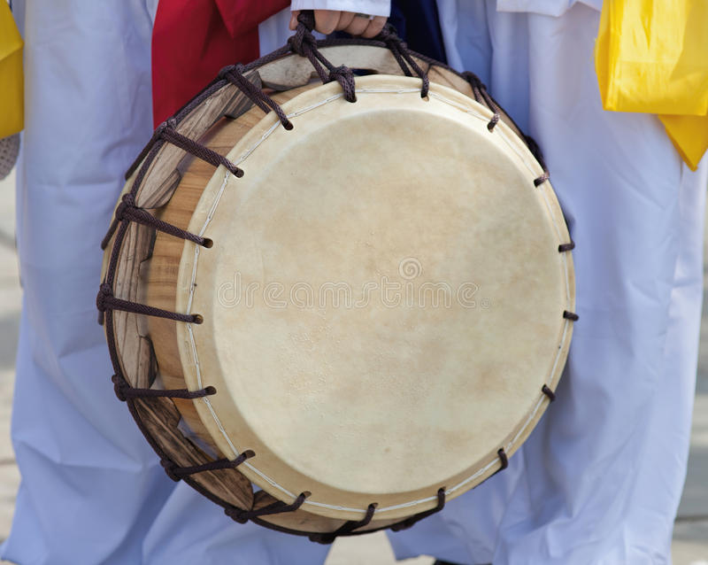 Giochi teenager coreani il tamburo nella celebrazione culturale fotografie stock