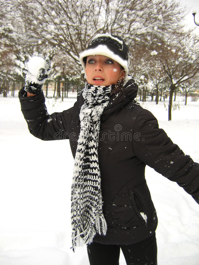 Download Giochiamo le palle di neve immagine stock. Immagine di guanto - 3891633