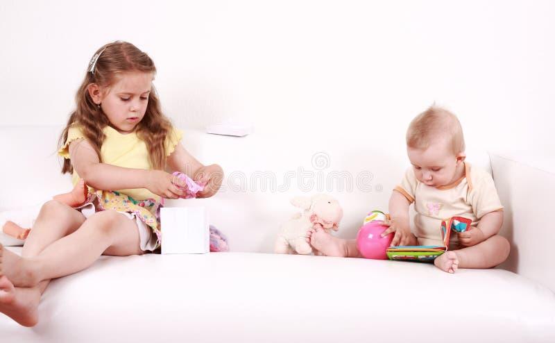Gioco adorabile dei bambini fotografia stock libera da diritti
