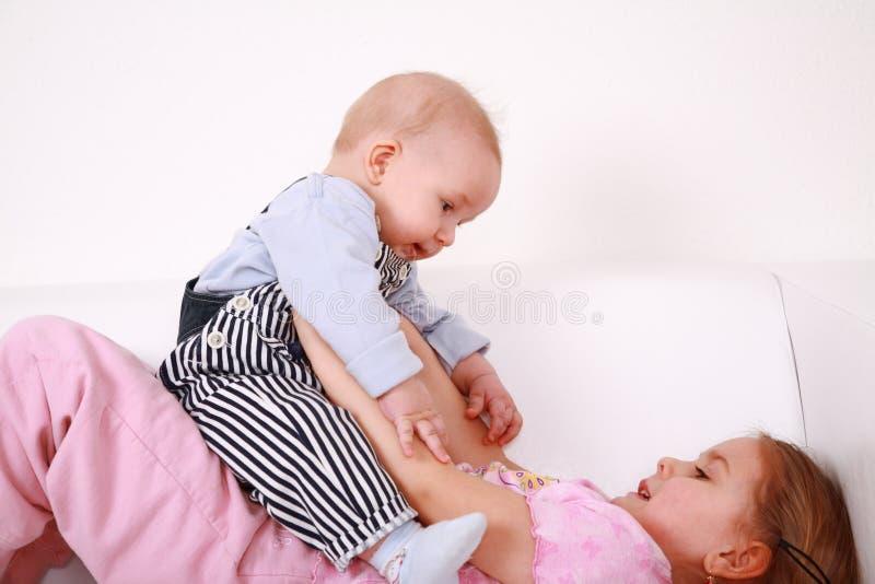 Gioco adorabile dei bambini immagine stock libera da diritti