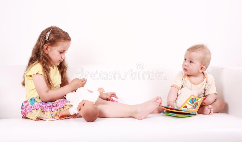 Gioco adorabile dei bambini immagini stock