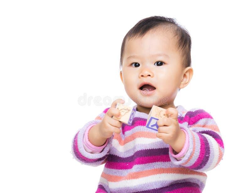 Gioco asiatico della neonata con il blocchetto di legno del giocattolo fotografie stock libere da diritti