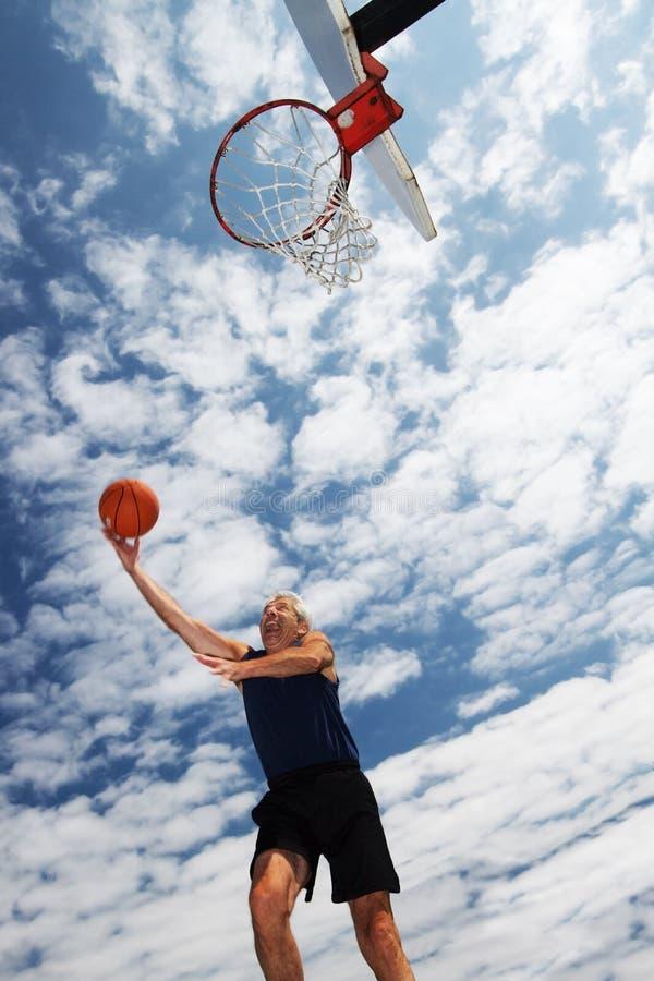 Gioco attivo dell'uomo maggiore basketbal immagini stock libere da diritti