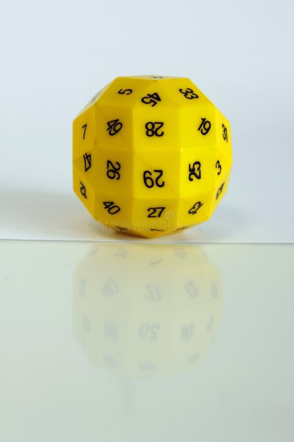 Gioco casuale del giocattolo dei dadi del gioco giallo di numero immagine stock