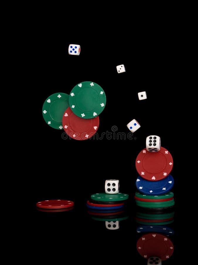 gioco Chip della plastica e dei dadi isolati sul nero immagini stock libere da diritti