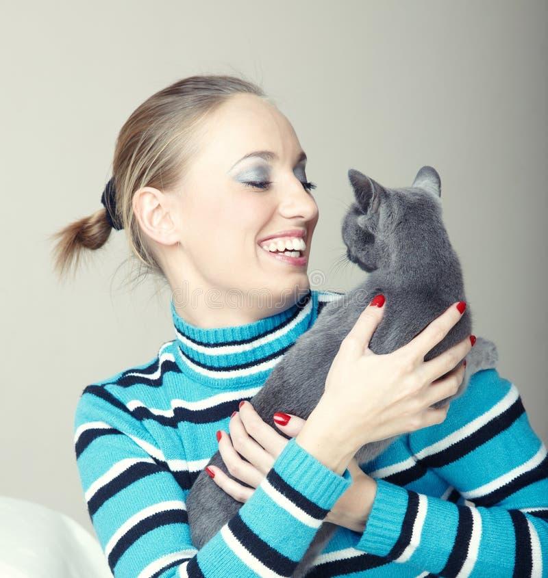 Gioco con il gatto fotografia stock libera da diritti