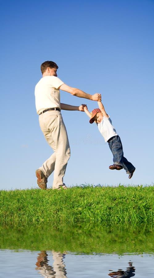 Gioco con il padre   immagini stock libere da diritti