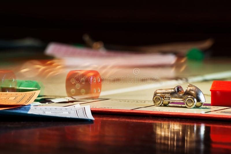 Gioco da tavolo di monopolio con i dadi di rotolamento fotografie stock